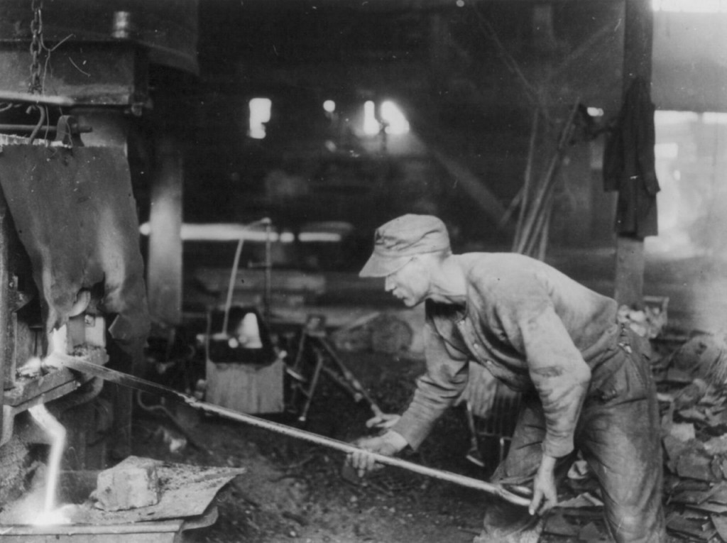 Puddler bei der Arbeit, ca. 1919. (National Photo Company Collection, Library of Congress)